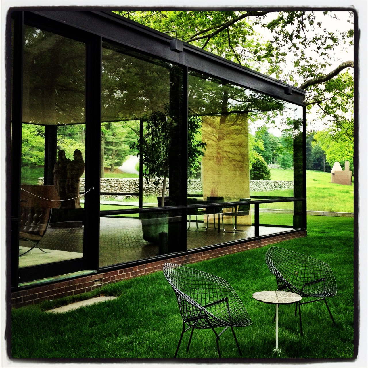 the location on location the philip johnson glass house the location. Black Bedroom Furniture Sets. Home Design Ideas